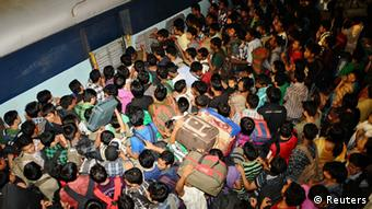People from India's northeastern states crowd to board a train back to their homes at the railway station in the southern Indian city of Bangalore August 16, 2012. (Photo: REUTERS/Stringer)