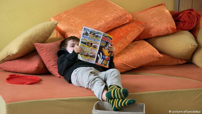Junge liest Comics