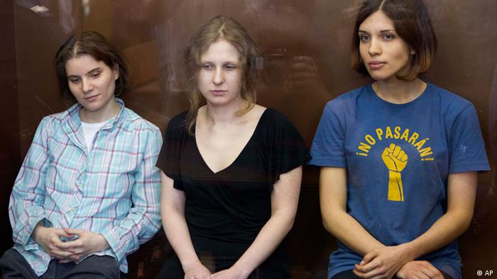 Feminist punk group Pussy Riot members, Nadezhda Tolokonnikova, right, Maria Alekhina, center, and Yekaterina Samutsevich sit in a glass cage at a court room in Moscow, Russia, Friday, Aug. 17, 2012. Security is tight around a Moscow courthouse where three members of the feminist punk band Pussy Riot are to hear the verdict Friday in a trial that could send them to prison for seven years. (Foto:Misha Japaridze/AP/dapd)