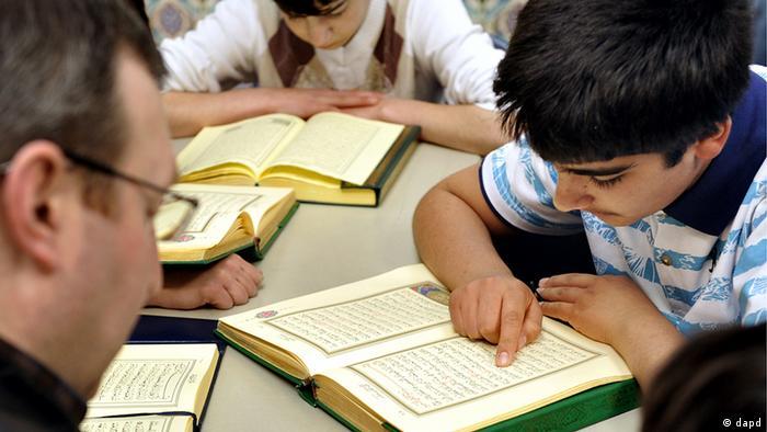 Muslim children reading Koran Foto: Joerg Koch/dapd