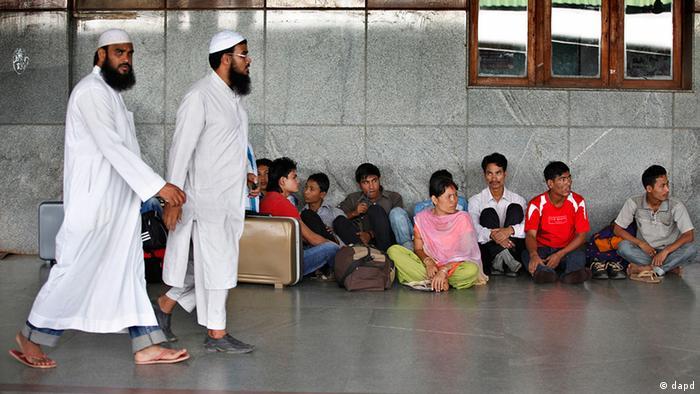 Indien Tausende Nordinder fliehen aus dem Süden (dapd)