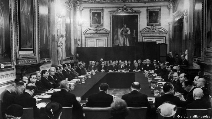 ARCHIV - Blick in den Konferenzraum im Londonderry-Haus während der Unterzeichnung der Verträge zur Regelung der deutschen Auslandsschulden am 27. Februar 1953. Sie regelten in erster Linie die Wiederaufnahme der Zins- und Tilgungszahlungen auf die deutschen öffentlichen und privaten Auslandsschulden aus der Vorkriegszeit. Viele Deutsche schimpfen über die Griechen, aber auch die Bundesrepublik brauchte schon einmal internationale Finanzhilfe. 1953 wurde Deutschland entschuldet - unter anderem Griechenland unterschrieb das Londoner Schuldenabkommen. dpa (nur s/w - zu dpa-Korr «Als Deutschland entschuldet wurde - Staatengemeinschaft half» am 19.09.2011) +++(c) dpa - Bildfunk+++