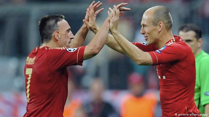 Franck Ribery and Arjen Robben during a substition at a Champions-League-match against Manchester City Foto: Tobias Hase dpa (zu dpa-KORR: Traumpaar «Robbéry» war einmal - Bayern-Stars als Zweckgemeinschaft vom 25.04.2012) +++(c) dpa - Bildfunk+++