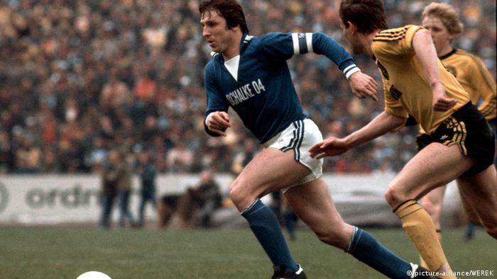 Clásico de los 70 entre Schalke y Dortmund, con el goleador Klaus Fischer (izq.)