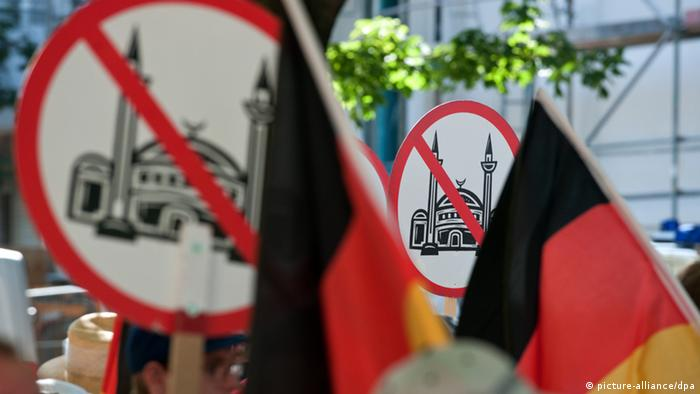 Members of right-wing populist group Pro Deutschland (picture: Tim Brakemeier dpa/lbn)