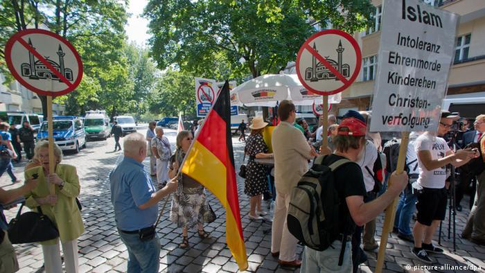 Mitglieder der rechtspopulistischen Gruppe Pro Deutschland stehen am Samstag (18.08.2012) vor der As-Sahaba-Moschee in Berlin. Nach ähnlichen Aktionen in Nordrhein-Westfalen war es im Mai zu heftigen Ausschreitungen gekommen. Foto: Tim Brakemeier dpa/lbn +++(c) dpa - Bildfunk+++