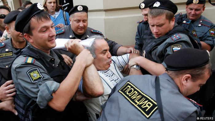 Police detain former world chess champion and opposition leader Garry Kasparov (C) during the trial of the female punk band Pussy Riot outside a court building in Moscow, August 17, 2012. A Russian judge found three women from the punk band Pussy Riot guilty of hooliganism motivated by religious hatred on Friday for staging an anti-Kremlin protest on the altar of Moscow's main Russian Orthodox church. REUTERS/Tatyana Makeyeva (RUSSIA - Tags: CRIME LAW POLITICS RELIGION CIVIL UNREST)
