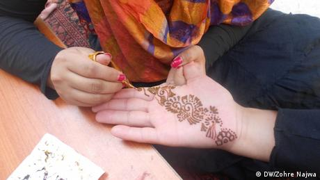 Women paint their hands with henna in Afghanistan (Photo: Zohre Najwa)