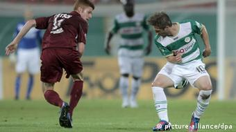 Offenbach's Mathias Fetsch (l) runs past Greuther Fürth's Sebastian Tyrala , who is looking back over his shoulder as his opponent