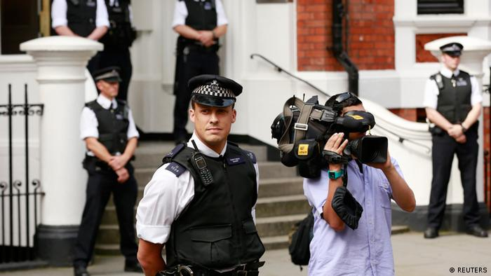 Police and media wait for Wikileaks founder Julian Assange to speak to the media outside the Ecuadorian embassy in west London August 19, 2012.