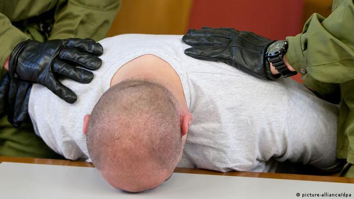 Justizbeamte halten einen Gefangenen fest, der einen Mitgefangenen misshandelt haben soll (Foto: dpa/lsn)