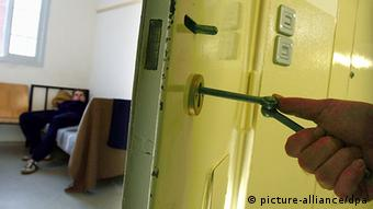 A key in the open door of a German prison (c) dpa - Bildfunk+++