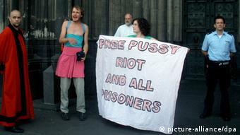 Aktion vor dem Köner Dom zur Unterstützung der russischen Gruppe Pussy Riot (Foto: picture-alliance/dpa)
