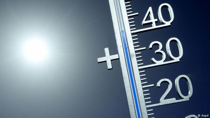 A shot of a thermometer in Celsius with the sun behind it Foto: Thomas Wieck/dapd