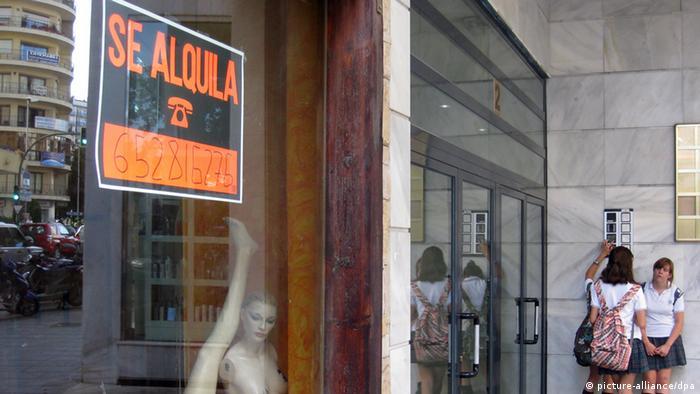 Вывеска Сдается в витрине одного из магазинов в Марбелье