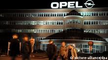 ARCHIV - Opel-Mitarbeiter der Nachtschicht verlassen am 18.02.2009 das Opel-Werk in Bochum. Mit den aktuellen Verlustzahlen von Opel sind Spekulationen über eine Schließung des Bochumer Werkes wieder aufgeflammt. Das Werk hat eine einschneidende Restrukturierung aber gerade erst hinter sich. Der Betriebsrat pocht auch auf eine Produktionsgarantie der Geschäftsleitung, dass Bochum als einziger Opel-Standort das Erfolgsmodell Zafira fertigen darf. Foto: Federico Gambarini dpa/lnw +++(c) dpa - Bildfunk+++