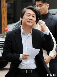 In this Wednesday, April 11, 2012 photo, Ahn Cheol-soo, founder of South Korea's largest anti-virus software maker, arrives for cast his vote for the parliamentary election in Seoul, South Korea, Friday, April 20, 2012. As South Koreans await a presidential election in December, many investors are winning and losing small fortunes by speculating on stocks they believe are linked to possible candidates for president. (Foto:Park Chul-hung, Yonhap/AP/dapd) KOREA OUT