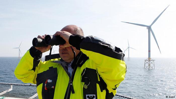 Peter Altmaier beim Windpark Alpha Ventus in der Nordsee (2012)