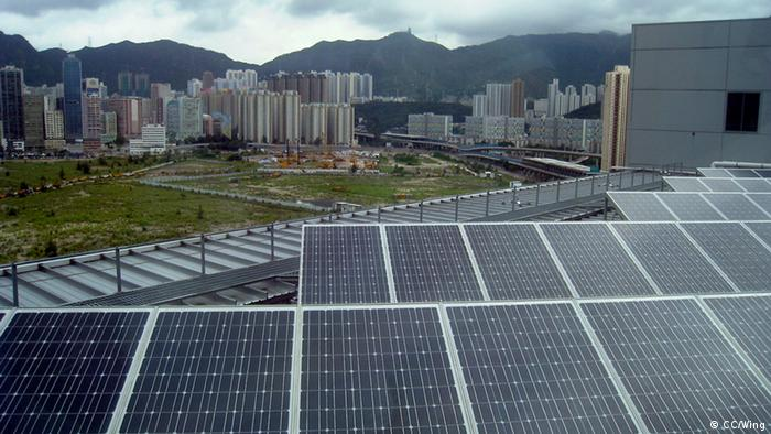 A field of solar panels near a city.<br /><br /><br /><br /> -------------------------------------------------------------------------------------------------<br /><br /><br /><br /> Electrical and Mechanical Services Department Headquarters,<br /><br /><br /><br /> Quelle:http://commons.wikimedia.org/wiki/File:Electrical_and_Mechanical_Services_Department_Headquarters_Photovoltaics.jpg<br /><br /><br /><br /> Lizens:http://creativecommons.org/licenses/by-sa/3.0/deed.en<br /><br /><br /><br /> +++CC/Wing+++<br /><br /><br /><br />