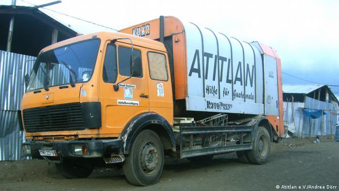 +++Atitlan e.V./Andrea Dörr+++ Müllwagen in Panabaj Santiago Jürgen Katt vom Atitlan e.V. begann 1990 ausrangierte, deutsche Müllwagen nach Guatemala zu bringen, um dort ein Müllentsorgungssystem aufzubauen. Atitlan e.V. setzt sich für den Schutz des Atitlansee ein. Weite Infos: http://www.atitlan-ev.de/
