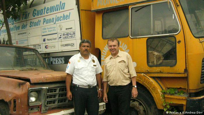 +++Atitlan e.V./Andrea Dörr+++ Vorsitzender der Bombers und Jürgen Katt mit dem ersten Müllfahrzeug, das von ihm vor 20 Jahren nach Panabaj gebracht wurde. -------------------------------------------------------- Jürgen Katt vom Atitlan e.V. begann 1990 ausrangierte, deutsche Müllwagen nach Guatemala zu bringen, um dort ein Müllentsorgungssystem aufzubauen. Atitlan e.V. setzt sich für den Schutz des Atitlansee ein. Weite Infos: http://www.atitlan-ev.de/