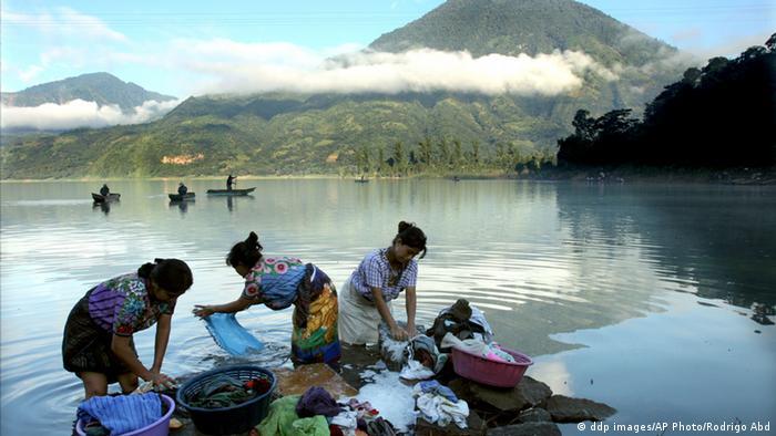 Indigenous Mayans wash their clothes in Santiago Atitlan, Guatemala, Tuesday, Oct. 11 2005. President Oscar Berger, who accompanied Menchu Tum on the inspection tour, said that more than 400 people had been killed by the mudslides in Panabaja and a nearby hamlet. (ddp images/AP Photo/Rodrigo Abd) -------------------------------------------------------- Jürgen Katt vom Atitlan e.V. begann 1990 ausrangierte, deutsche Müllwagen nach Guatemala zu bringen, um dort ein Müllentsorgungssystem aufzubauen. Atitlan e.V. setzt sich für den Schutz des Atitlansee ein. Weite Infos: http://www.atitlan-ev.de/