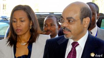 FILE - In this Jan. 30, 2011 file photo, Ethiopian Prime Minister Meles Zenawi, right, with first lady Azeb Mesfin, arrives at African Union summit in Addis Ababa, Ethiopia. Meles died Monday, Aug. 20, 2012 following weeks of illness, Ethiopian State media reported. He was 57. (Foto:Samson Haileyesus, File/AP/dapd)