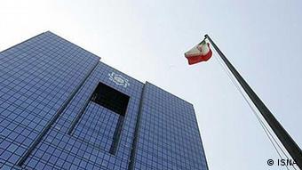 بانک مرکزی ایران از سوی مخالفان دولت به ناتوانی و حتی تبانی در بهوجود آمدن بحران ارزی متهم است