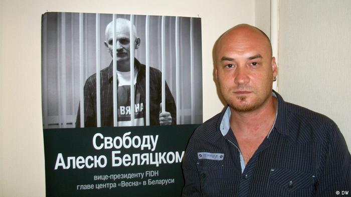 Валентин Стефанович перед плакатом с требованием освободить Алеся Беляцкого