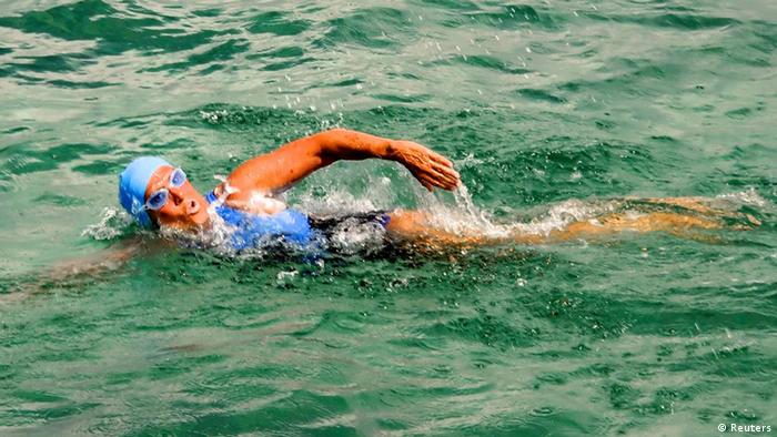 Endurance swimmer Diana Nyad swims off as she begins a more than 100-mile trip across the Florida Straits to the Florida Keys, starting from Havana, Cuba, August 18, 2012. Nyad, who turns 63 on August 22, is trying to be the first swimmer to cross the Straits without a shark cage. REUTERS/Christi Barli/Florida Keys News Bureau/Handout (CUBA - Tags: SOCIETY) NO SALES. FOR EDITORIAL USE ONLY. NOT FOR SALE FOR MARKETING OR ADVERTISING CAMPAIGNS. THIS IMAGE HAS BEEN SUPPLIED BY A THIRD PARTY. IT IS DISTRIBUTED, EXACTLY AS RECEIVED BY REUTERS, AS A SERVICE TO CLIENTS