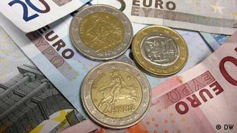 Griechischen Euromünzen mit Euro-Banknoten (Foto: DW)