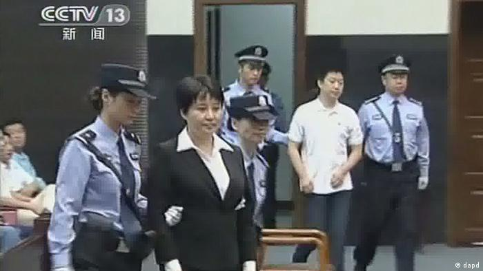 This video image taken from CCTV shows Gu Kailai, second left, the wife of disgraced politician Bo Xilai, being taken to the dock at Hefei Intermediate People's Court in the eastern Chinese city of Hefei Monday, Aug. 20, 2012. Gu received a suspended death sentence Monday for the murder of a British businessman, as authorities move to tidy up a huge political scandal ahead of a once-in-a-decade leadership transition this fall. Family aide Zhang Xiaojun, second right, was sentenced to nine years for abetting the murder. (Foto:CCTV via APTN/AP/dapd) CHINA OUT, TV OUT