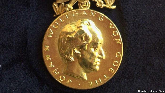 Weimar (Thüringen): Die Goethe-Medaille, aufgenommen am 22.03.2000 in Weimar. Die Goethe-Medaille wird seit 1954 an Persönlichkeiten verliehen, die sich im Ausland um die deutsche Sprache und den internationalen Kulturaustauch verdient gemacht haben.