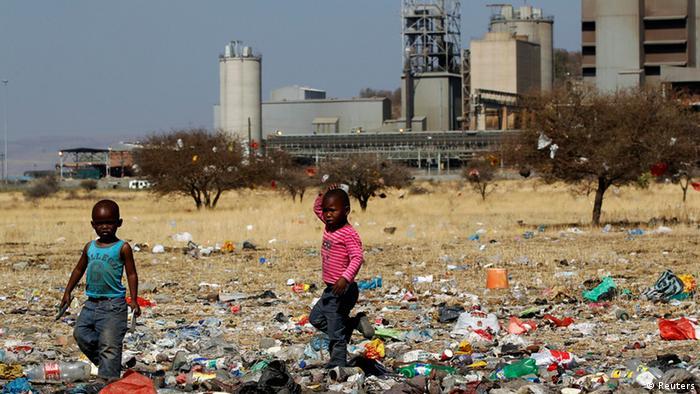 Kinder in Marikana spielen im Müll (Foto: Reuters))