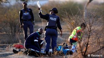 Sanitäter versorgen Verletzte nach der Marikana-Schießerei (Foto: Reuters)