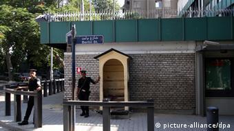 Ägyptische Polizisten bewachen die deutsche Botschaft in Kairo (Foto: pa/dpa)