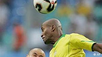 2. Spieltag Confederations Cup 2005: Brasilien - Griechenland, Zweikampf Ze Roberto gegen Giannakopoulos