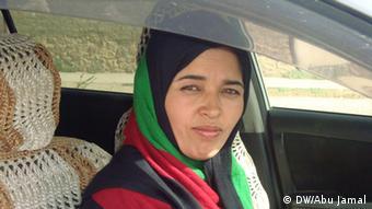 Angela Shafiri, mit Tuch um den Kopf, schaut aus dem offenen Autofenster (Foto:DW/Abu Jamal)