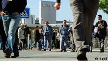 Hessen/ ARCHIV: Opel-Mitarbeiter kommen in Ruesselsheim aus der Betriebsversammlung des Autobauers (Foto vom 14.05.12). Am Opel-Stammsitz in Ruesselsheim soll nach Informationen des Hessischen Rundfunks am 6. September 2012 die Kurzarbeit beginnen und die Produktion stillstehen. Wie der Sender am Mittwoch (22.08.12) berichtete, wird es an insgesamt 20 Tagen bis zum Ende des Jahres Kurzarbeit ohne Fertigung von Fahrzeugen geben. Ein Opel-Sprecher lehnte jeden Kommentar zu der Meldung ab. (zu dapd-Text) Foto: Thomas Lohnes/dapd
