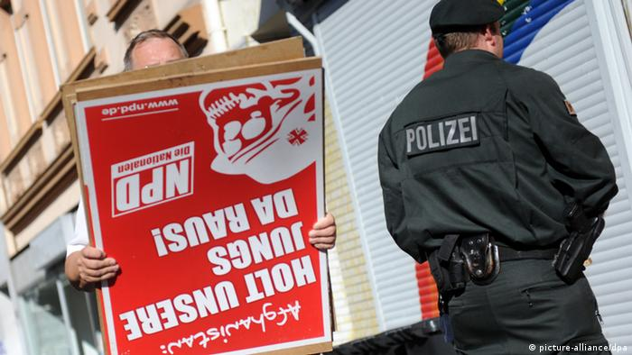 The police search in Dortmund reveals NPD advertising material with the camaraderies (picture-alliance/dpa)