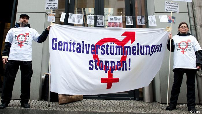 Manifestantes se pronuncian contra la mutilación genital.