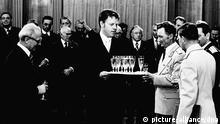 HANDOUT - Sekt für den ersten Deutschen im All: Fliegerkosmonaut Sigmund Jähn erhält von Lothar Herzog (M) beim Empfang im Staatsrat der DDR in Berlin im Jahr 1978 ein Glas Sekt. Links der Staatsratsvorsitzende der DDR, Erich Honecker. Lothar Herzog war zwölf Jahre lang persönlicher Kellner und einer der Stasi-Personenschützer von Honecker. Jetzt veröffentlicht Herzog seine Erinnerungen. Foto: Lothar Herzog dpa (zu dpa-Korr Honeckers Butler: «Sozialistisches Mainzelmännchen» im Dauereinsatz vom 08.08.2012) +++(c) dpa - Bildfunk+++