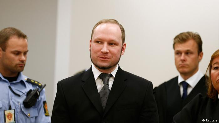 Norwegian mass killer Anders Behring Breivik (C) arrives in the court room at Oslo Courthouse August 24, 2012. The Norwegian court delivers its verdict in the ten-week trial of gunman Breivik on Friday, deciding whether to send the anti-Muslim militant to jail or a mental hospital for the massacre of 77 people last summer. REUTERS/Heiko Junge/NTB Scanpix/Pool (NORWAY - Tags: CRIME LAW)