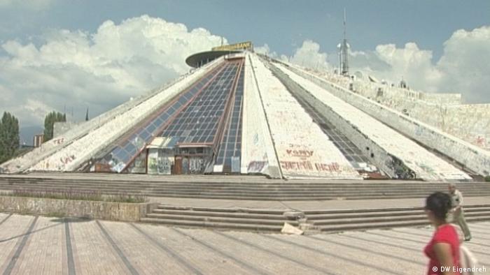 Навремето Пирамидата в Тирана е била музей, посветен на живота на диктатора Енвер Ходжа. Едва сега той се преустройва в Младежки център.