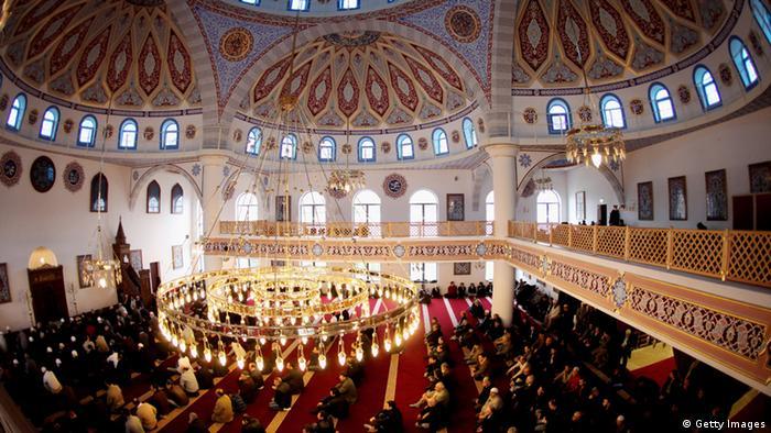 Odluka o tome koji turski imam će raditi u Njemačkoj se donosi u Turskoj. Unutrašnjost džamije u Duisburgu u Njemačkoj.