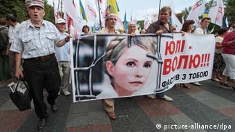 Демонстрації за звільнення Юлії Тимошенко<br /> Grigoriy Vasilenko/RIA Novosti&#8221; width=&#8221;340&#8243; height=&#8221;191&#8243; border=&#8221;0&#8243; /> </a> Демонстрації за звільнення Юлії Тимошенко</div> <p>Водночас, як зауважив у розмові з DW німецький політолог та викладач Києво-Могилянської академії Якоб Мішке, через те, що органи влади відмовляють демонстрантам у праві проводити акції, критика влади лиш зростає. &#8220;Якби дали людям шанс висловити свою критику, тоді ця критика зменшиться. Надмірні обмеження свободи зібрань нерозумні, адже викликають лиш нову хвилю обурення в країні і від західних партнерів&#8221;, &#8211; впевнений політолог. На думку Мішке, було б краще для держави створити демонстрантам можливості і умови для мирних зібрань, що легко виконати.</p> <p><strong>Гірше є куди</strong></p> <p>Отже, 2012 року зросла кількість судових заборон мирних зібрань, але й збільшилась кількість мітингів, підтверджують експерти. Роман Куйбіда, зокрема, звертає увагу на те, що 2012 рік дав додаткові приводи для обмеження свободи мирних зібрань. Серед них: &#8220;Євро-2012&#8221;, під час якого активісти хотіли привернути увагу іноземців до важливих проблем в Україні, ухвалення &#8220;мовного&#8221; закону, який викликав обурення у великої частини українського суспільства, а ще парламентські вибори, у ході яких у багатьох регіонах забороняли політичні акції окремих політичних сил. Експерти зауважують, що майже третина усіх заборон припадає на Харків, де крім інших зібрань, забороняли мітинги і пікети біля Качанівської колонії, де перебувала Юлія Тимошенко.</p> <div><a href=