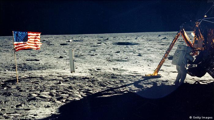 Една от малкото снимки, показващи Нийл Армстронг на Луната. Направена е от Едуин Олдрин.