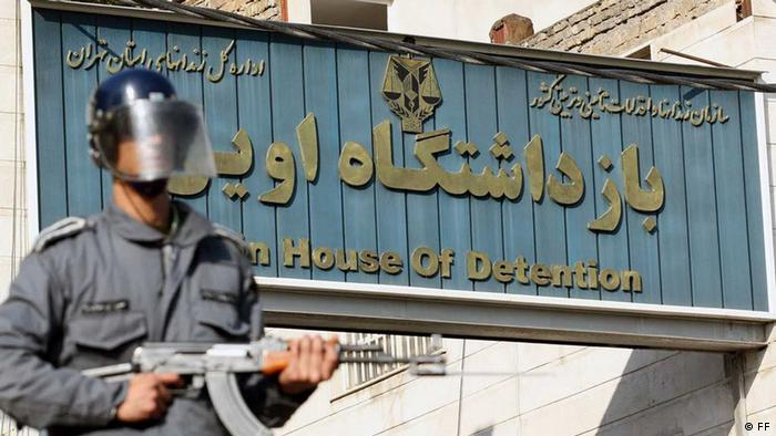 Ein iransicher Polizist hält Wache vor dem Evin-Gefängnis in Teheran (Foto: Rahesabz)