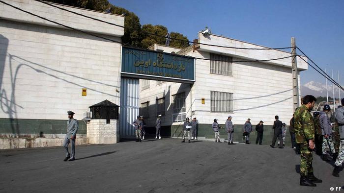 Evin Gefängnis in Teheran im Iran. Es liegt am nördlichen Stadtrand von Teheran und entstand 1971 durch den Umbau des ehemaligen Domizils von Seyyed Zia'eddin Tabatabaee. Das Evin-Gefängnis ist berüchtigt für die politischen Häftlinge des Iran