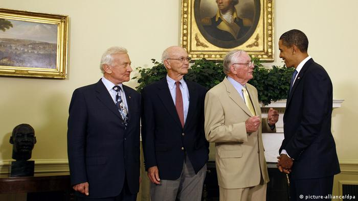 Neil Armstrong and Apollo 11 crew meeting President Obama in the White House (picture-alliance/dpa)